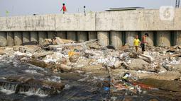 Aktivitas masyarakat di kawasan Cilincing, Jakarta, Selasa (2/8/2021). Lembaga Antariksa Amerika Serikat (NASA) memperkirakan wilayah Jakarta bagian Utara akan tenggelam akibat kenaikan permukaan air laut imbas pemanasan global dan pencairan lapisan es. (Liputan6.com/Faizal Fanani)