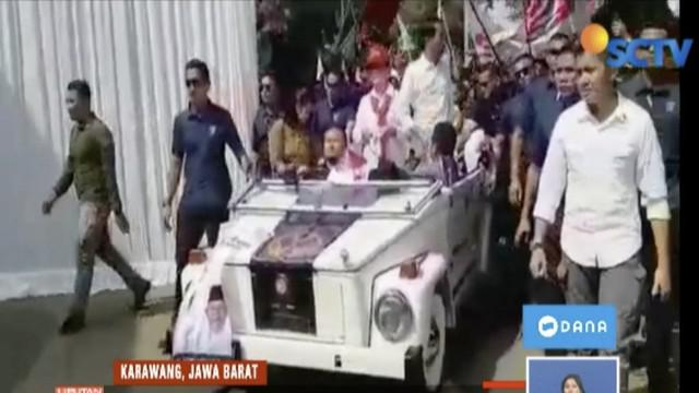 Jokowi didampingi Iriana sapa warga di Karawang, Jawa Barat, menggunakan mobil kap kuno.