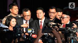 Plt Ketua Dewan Kehormatan Penyelenggara Pemilu (DKPP), Muhammad (tengah) bersama anggota komisioner DKPP, Alfitra Salamm, Idha Budhiati dan Teguh Prasetyo seusai menggelar sidang kode etik kepada Komisioner KPU Wahyu Setiawan di Gedung KPK, Jakarta. Rabu (15/1/2020). (merdeka.com/Dwi Narwoko)
