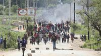 Aksi protes menentang kenaikan harga bahan bakar di Zimbabwe (AP/Tsvangirayi Mukhwazhi)