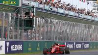 Pebalap Ferrari, Sebastian Vettel menjadi terdepan pada balapan perdana F1 GP Australia di Sirkuit Albert Park, Melbourne, Minggu (25/3/2018). Vettel memenangi balapan dengan selisih 5,036 detik dari Hamilton. (AP/Asanka Brendon)