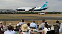 Penonton menyaksikan Boeing 737 mendarat setelah pertunjukan terbang di Farnborough Airshow, Inggris, Senin (16/7). (AP Photo/Matt Dunham)
