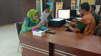 Ayu, warga Lampung yang sedang berada di Kota Palembang mengalami penjambretan ponsel, usai membuka aplikasi Google Maps (Liputan6.com / Nefri Inge)