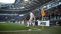 Striker Juventus, Cristiano Ronaldo, melakukan selebrasi usai membobol gawang Sampdoria pada laga Serie A di Stadion Allianz, Turin, Sabtu (29/12). (AFP/Marco Bertorello)