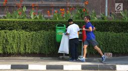 Seorang pria mengambil sampah plastik pada program World Cleanup Day di Kawasan Bundaran HI, Jakarta, Sabtu (15/9). Kegiatan ini diikuti oleh berbagai kalangan dari masyarakat, anak-anak sekolah. (Merdeka.com/Imam Buhori)