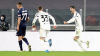 Penyerang Juventus, Alvaro Morata (kanan) berselebrasi usai mencetak gol ketiga timnya ke gawang Lazio pada pertandingan Liga Serie A Italia di Stadion Allianz Turin, Italia, Minggu (7/3/2021). Morata mencetak dua gol dan mengantar Juventus menang atas Lazio 3-1. (Tano Pecoraro/LaPresse via AP)