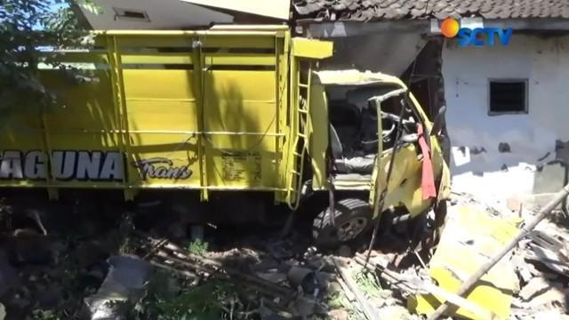 Sebuah truk tanpa muatan menabrak rumah di tepi jalan pantura Grati, Pasuruan, Jawa Timur. Akibat insiden tersebut, pengemudi truk dan seorang penghuni rumah mengalami kritis.