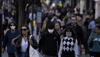 Orang-orang yang memakai masker berjalan di sepanjang area perbelanjaan Oxford Street di pusat kota London, Rabu (20/10/2021). Eropa menjadi satu-satunya wilayah di dunia dengan kenaikan kasus COVID-19 di mana Inggris, Rusia dan Turki menyumbang kasus terbanyak di Eropa. (AP Photo/Matt Dunham)