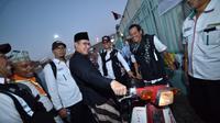 Menteri Agama Lukman Hakim Saifuddin mencoba menunggangi Astuti. (www.kemenag.go.id)