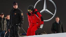 Presiden Rusia Vladimir Putin (kanan) dan Presiden Belarusia Alexander Lukashenko (kiri) bersiap untuk bermain ski di Krasnaya Polyana dekat resor Laut Hitam Sochi, Rusia, Rabu (13/2). (Sergei Chirikov/Pool Photo via AP)