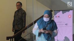 Mantan Menteri Keuangan Agus Martowardojo (kiri) seusai menjalani pemeriksaan di Gedung KPK, Jakarta, Jumat (17/5/2019). Agus Martowardojo memenuhi panggilan KPK sebagai saksi kasus dugaan korupsi proyek e-KTP untuk tersangka anggota DPR Fraksi Golkar Markus Nari. (merdeka.com/Dwi Narwoko)