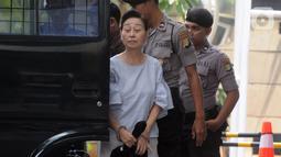 Direktur PT WKE Lily Sundarsih W turun dari mobil tahanan akan menjalani pemeriksaan oleh penyidik di Gedung KPK, Jakarta, Senin (14/10/2019). Lily diperiksa sebagai saksi terkait kasus suap sejumlah proyek pembangunan SPAM ta 2017-2018 di KemenPUPR. (merdeka.com/Dwi Narwoko)