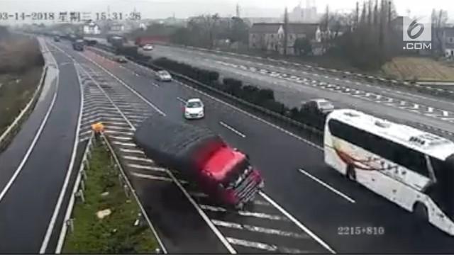 Sebuah mobil sedan berhenti mendadak di jalan tol sehingga mengakibatkan kecelakaan.