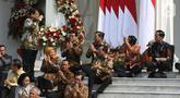 Menteri Pertahanan Prabowo Subianto (kiri) memberi hormat kepada Presiden Joko Widodo saat diperkenalkan dalam pengumuman menteri Kabinet Indonesia Maju, Istana Merdeka, Jakarta, Rabu (23/10/2019). Kabinet Indonesia Maju akan membantu Jokowi-Ma'ruf pada periode 2019-2024. (Liputan6.com/Angga Yuniar)