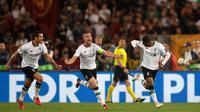 Pemain Liverpool Georginio Wijnaldum (kanan) melakukan selebrasi dengan rekanya usai mencetak gol ke gawang AS Roma dalam pertanding semifinal Liga Champions di Stadion Olimpico, Roma (2/5). (AP/Alessandra Tarantino)