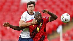 Striker Belgia, Romelu Lukaku, berebut bola dengan bek Inggris, Harry Maguire, pada laga UEFA Nations League di Stadion Wembley, Minggu (11/10/2020). Inggris menang dengan skor 2-1. (Michael Regan/Pool via AP)