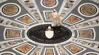 Paus Fransiskus tiba untuk merayakan misa peringatan 100 tahun kelahiran Paus Yohanes Paulus II di Basilika Santo Petrus, Vatikan, Senin (18/5/2020). Basilika Santo Petrus kembali dibuka untuk peziaran maupun turis mulai 18 Mei 2020. (Vatican Media via AP)