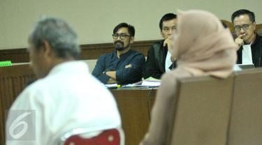 Terdakwa Andi Zulkarnaen Mallarangeng alias Choel Mallarangeng mendengarkan kesaksian dari mantan anggota DPR, Angelina Sondakh dalam sidang lanjutan kasus korupsi Hambalang di Pengadilan Tipikor Jakarta, Senin (15/5). (Liputan6.com/Helmi Afandi)