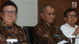 Ketua KPK Agus Rahardjo dan Menteri Dalam Negeri Tjahjo Kumolo memberikan keterangan di Jakarta, Selasa (4/9). Tjahjo  mendatangi KPK untuk berkonsultasi terkait 41 anggota DPRD Kota Malang yang telah ditetapkan sebagai tersangka (Merdeka.com/Dwi Narwoko)