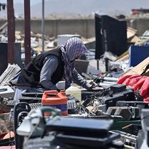 Warga mencari barang-barang yang bisa digunakan di tempat barang rongsokan dekat Pangkalan Udara Bagram, Afghanistan, 17 Juni 2021. Pentagon mengevakuasi pangkalan udara Bagram sebagai rencana untuk menarik semua pasukan pada peringatan 20 tahun serangan 11 September. (Adek BERRY/AFP)