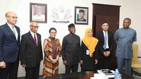 Menteri Luar Negeri RI Retno Marsudi (ketiga dari kiri) saat disambut oleh Wakil Presiden sekaligus pelaksana teknis kepresidenan Nigeria Yemi Osinbajo (tengah) di Abuja, Senin (5/6/2017) (Kementerian Luar Negeri RI)