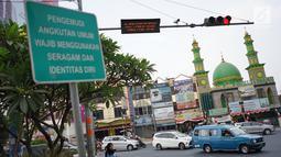 Penampakan lampu merah persimpangan Ramanda, Depok, Jawa Barat, Rabu (14/8/2019). Lampu merah tersebut nantinya akan menjadi lokasi pemutaran lagu berjudul Tiblantas yang dinyanyikan Wali Kota Depok Mohammad Idris. (Liputan6.com/Immanuel Antonius)