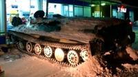 Seorang pria mabuk mencuri sebuah tank dan merusak sebuah supermarket demi sebotol anggur. (Carscoops)