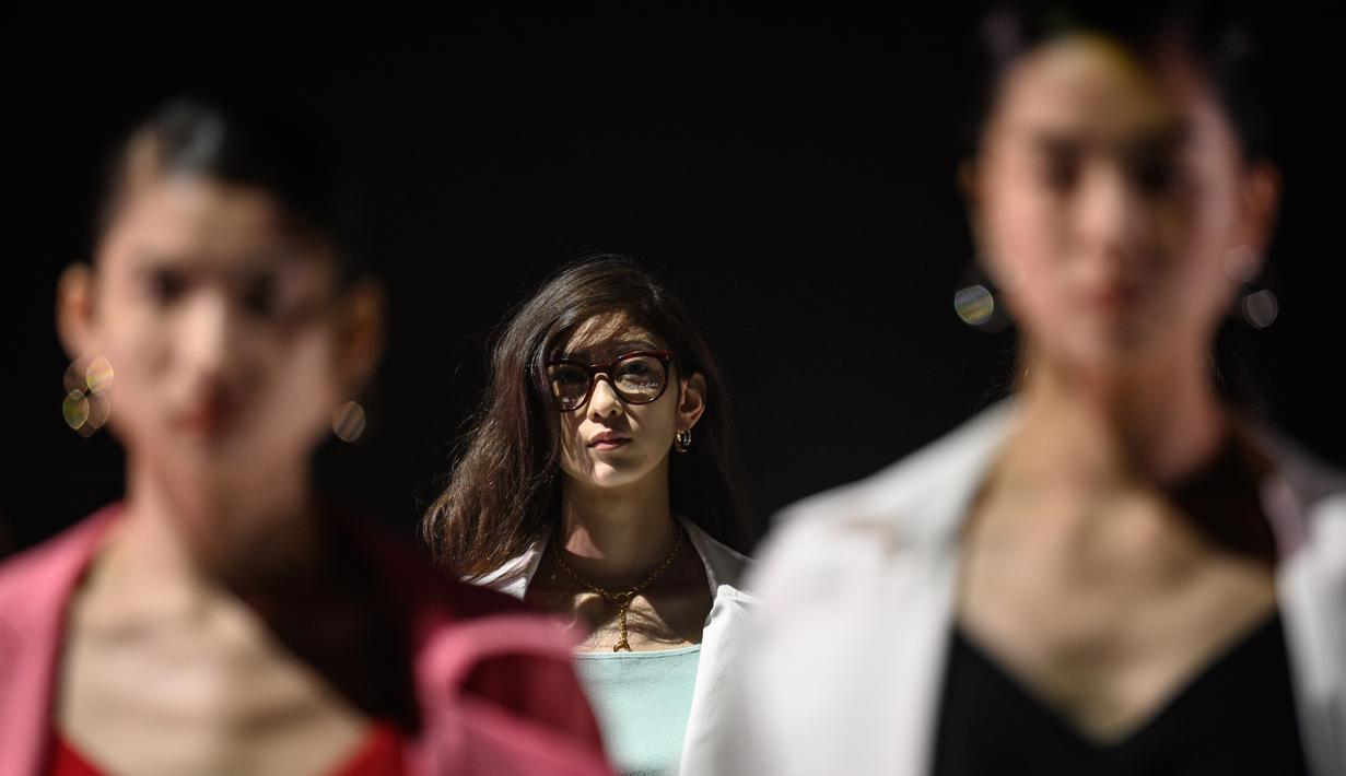 Model menampilkan kreasi dari brand fashion Hare selama koleksi musim semi / musim panas 2021 di Tokyo Fashion Week (15/10/2020). (AFP Photo/Philip Fong)