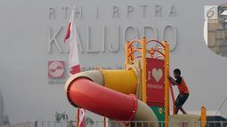 Seorang anak bermain di RTH RPTRA Kalijodo, Jakarta, Kamis (31/8). Bappeda menghapus anggaran pengadaan lahan RPTRA dalam KUPA-PPAS APBD 2017. (Liputan6.com/Helmi Fithriansyah)
