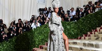 Rihanna mensontek gaya Paus Paulus. Rihanna tampak cantik dengan gaun dari Margiela. (HECTOR RETAMAL / AFP)