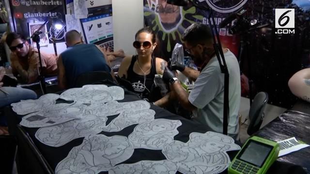 Pagelaran Tatto Week ketujuh digelar di Rio De Janeiro. Seniman tato dari seluruh dunia berkumpul dan melakukan aksi social untuk para penyintas kanker.