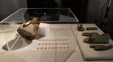 Sejumlah koin emas Romawi kuno ditampilkan selama konferensi pers di Milan, Italia, 10 September 2018. Harta karun berupa 300 koin emas itu ditemukan dalam sebuah bejana batu saat penggalian di ruang bawah tanah Teater Cressoni, kota Como. (AP/Luca Bruno)
