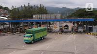 Truk yang akan menyeberang ke Sumatera memasuki Pelabuhan Merak, Banten, Senin (18/5/2020). Akibat larangan mudik dan pemberlakuan PSBB aktivitas di Pelabuhan Merak makin sepi dan hanya melayani penyeberangan truk pengangkut barang kebutuhan pokok. (Liputan6.com/Angga Yuniar)