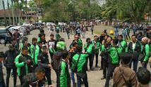 Foto ratusan pengemudi ojek online berkumpul di depan gedung DPRD Sumsel yang diposting di instagram @gojekplg (Liputan6.com / ist - Nefri Inge)