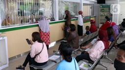Sejumlah nasabah duduk menjaga jarak fisik saat di Pegadaian Kota Tangerang, Banten, Kamis (4/6/2020). Memasuki tahun ajaran baru yang jatuh pada 13 Juli 2020, warga ramai menggadaikan barang mereka untuk persiapan masuk sekolah anak. (Liputan6.com/Angga Yuniar)