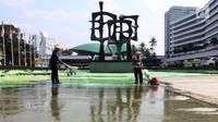 Pekerja membersihkan kolam air mancur di halaman depan Gedung Parlemen MPR/DPR-DPD, Senayan, Jakarta, Sabtu (4/8). Sidang Tahunan MPR akan berlangsung tanggal 16 Agustus 2018 dan juga untuk bersiap menyambut Asian Games 2018. (Liputan6.com/Johan Tallo)
