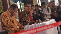 Menteri Hukum dan HAM, Yasonna Laoly (kedua kiri) saat menyampaikan keterangan terkait penundaan pengesahan RUU KUHP di Graha Pengayoman Kementerian Hukum dan HAM, Jakarta, Jumat (20/9/2019). Menkumham juga mengklarifikasi beberapa isu terkait draft RUU KUHP. (Liputan6.com/Helmi Fithriansyah)