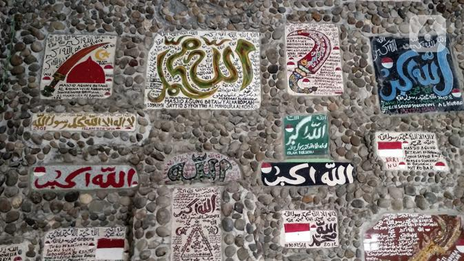 Sejumlah prasasti menghiasi dinding Masjid Jami Betawi Al Karomah di Kecamatan Tarumajaya, Kabupaten Bekasi, Jawa Barat, Minggu (18/4/2021). Masjid Jami Betawi Al Karomah masih dalam tahap pembangunan. (merdeka.com/Iqbal S. Nugroho)