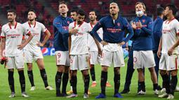 Pemain Sevilla tampak kecewa usai dikalahkan Bayern Munchen pada laga Piala Super Eropa di Puskas Arena, Budapest, Jumat (25/9/2020) dini hari WIB. Sevilla kalah 1-2 oleh Bayern Munchen. (AFP/Tibor Illyes/pool)