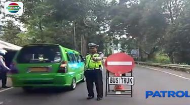 Jajaran Satuan Lalu Lintas Polres Bogor membuka jalur lalu lintas kawasan Puncak, Bogor, yang terdampak bencana tanah longsor Jumat 30 Maret sore.