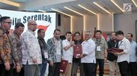 Ketua KPU Arief Budiman menyerahkan berita acara penetapan hasil Pemilu 2019 kepada perwakilan partai politik di Gedung KPU, Jakarta, Selasa (21/5/2019). Hasil rekapitulasi suara, 9 parpol mendapatkan perolehan suara di atas 4 persen dan 7 parpol di bawah 4 persen. (merdeka.com/Iqbal S Nugroho)