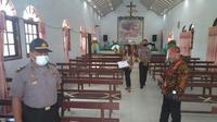 Tim Pemantau yang dipimpin Sekcam Kawangkoan Barat Adri Mangindaan mengecek beberapa rumah ibadah, Kamis (16/7/2020).