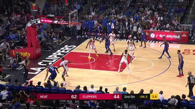 Aksi Power Forward Los Angeles Clippers, Blake Griffin, dalam laga melawan Miami Heat terpilih sebagai Dunk of the Night.