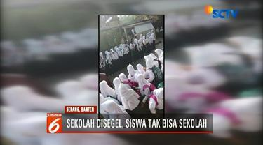 Ratusan siswa SMP Negeri 1 Mancak, Serang, Banten, tertahan di depan gerbang sekolah. Pintu gerbang digembok dan disegel oleh warga yang mengaku sebagai pemilik tanah.