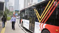 Bus Metrotrans menunggu penumpang di kawasan integrasi transportasi Dukuh Atas, Selasa (30/4/2019). Kawasan Terintegrasi Dukuh Atas  menghubungkan empat transportasi umum di DKI Jakarta, yaitu Transjakarta, MRT, KRL, LRT, dan Kereta Bandara. (Liputan6.com/Faizal Fanani)