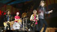 """Band Veteran asal Inggris The Rolling Stones mengelar konser bertajuk """"Amerika Latin Ole Tour"""" di Santiago, Chili (3/2). The Rolling Stones memberikan fans kesempatan memilih satu lagu pada konser melalui polling online. (REUTERS/Rodrigo Garrido)"""