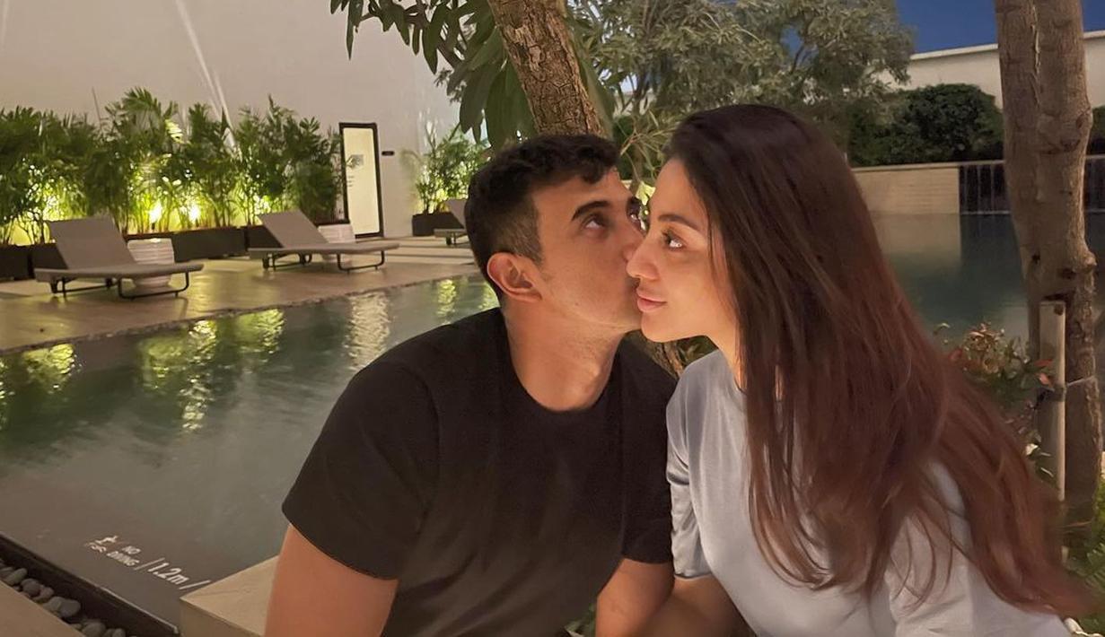 Ali Syakieb dan Margin Wieheerm kini tengah menikmati kehidupan barunya jalani bahtera rumah tangga. Seperti pasangan pada umumnya, mereka juga menemukan hal-hal baru yang seru setelah resmi menjadi pasangan suami istri.(Instagram/alisyakieb)