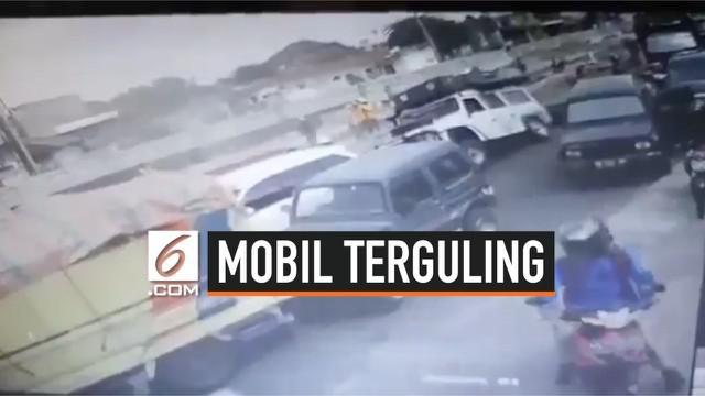 Dua mobil terguling di proyek underpass Kentungan, Sleman. Pengemudi dan penumpang tidak mengalami luka serius.