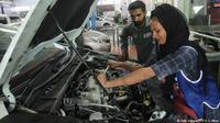 Uzma Nawaz adalah salah satu montir mobil perempuan pertama di Pakistan yang masyarakatnya cenderung konservatif (AFP)