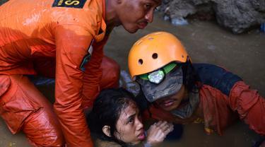 Tim penyelamat mencoba mengevakuasi korban gempa dan tsunami yang melanda Palu, Sulawesi Tengah, Minggu (30/9). Sebanyak 18 negara menawarkan bantuan untuk bencana gempa dan tsunami Palu-Donggala. (AP Photo/Arimacs Wilander, File)